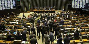 Deputados aprovam lei que cria o programa 'Médicos pelo Brasil'