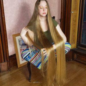 Rapunzel 'real' lava o cabelo uma vez por semana e seca em 10 horas