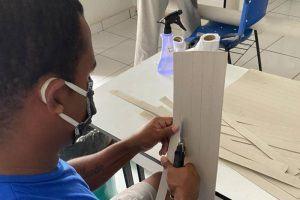 Detentos confeccionam máscaras especiais para doação a profissionais de saúde em Marabá