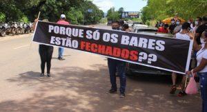 Donos de bares e músicos de Parauapebas fecham PA-275 em protesto