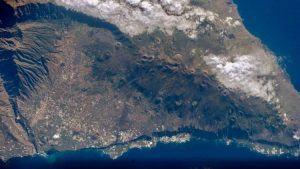 Vulcão que pode causar tsunami no Brasil entra em sinal de alerta depois de décadas adormecido