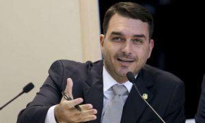 Flávio Bolsonaro revela que vai acusar Renan Calheiros por 20 crimes na PGR